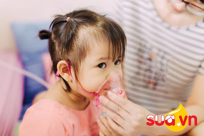 Bác sĩ nói gì về việc bật quạt cả đêm khiến bé bị viêm phổi?